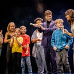 TOSI-PHOTOGRAPHY©2021-17-ZFF-02-10-21-AWARD NIGHT WINNER CEREMONY-Singer Luca Hänni and kids performe on stage-_DSC0375-021020217783737